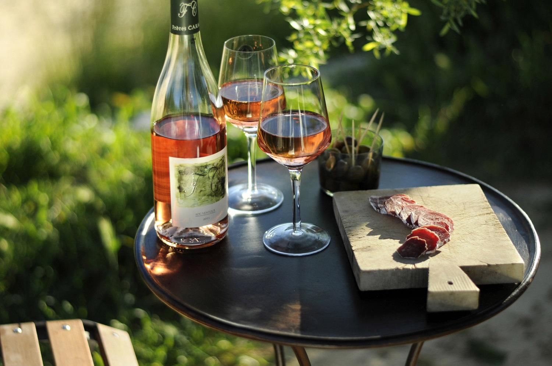 verre de rosé avec olives et saucisson